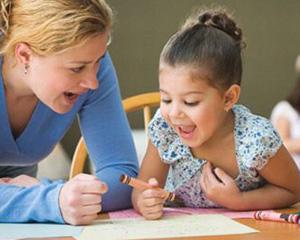 Ребёнок с мамой учатся
