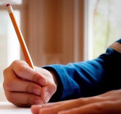 Ребёнок держит карандаш