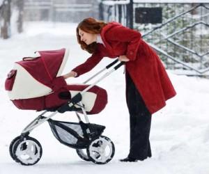 Мама с коляской зимой