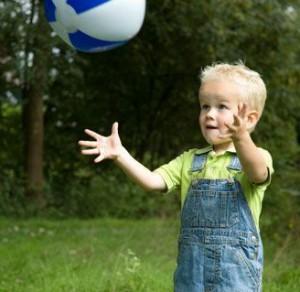 Ребёнок ловит мяч