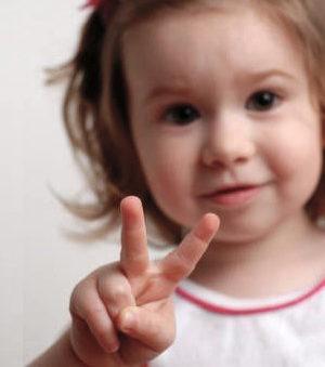 Ребёнок показывает пальчики