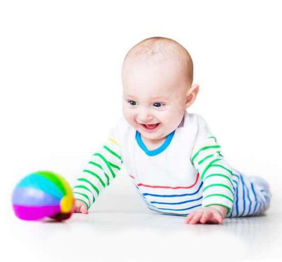 Ребёнок играет в мяч
