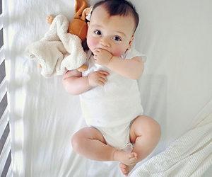 Маленький ребёнок в колыбели