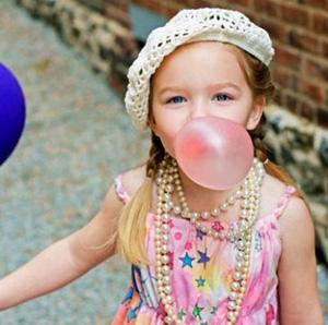 Ребёнок надувает пузырь