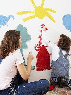 Ребёнок с мамой рисуют