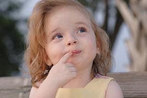Девочка засунула палец в рот