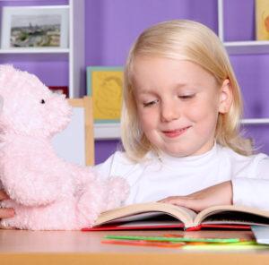 Девочка с медведем и книжкой