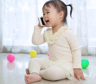 Ребёнок разговаривает по телефону