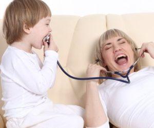 Ребёнок говорит в фонендоскоп