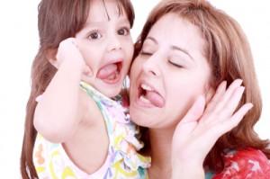 Мама с дочкой показывают языки
