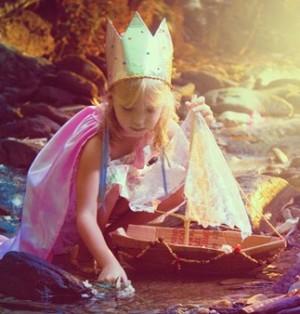 Девочка играет у реки