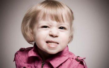 Ребёнок скрипит зубами: причины и способы решения