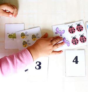 Ребёнок учит цифры
