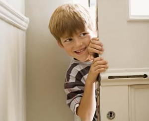 Мальчик выглядывает из за двери