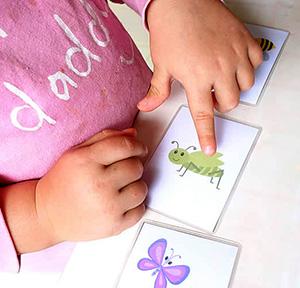 Девочка с карточками