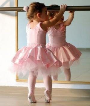 Девочка занимается балетом