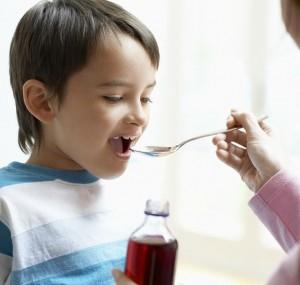 Ребёнок пьет микстуру
