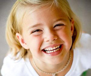 Ребёнок показывает зубы
