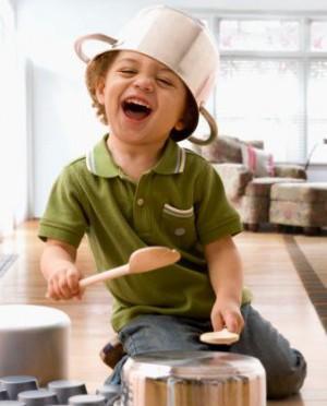 Ребёнок стучит по посуде