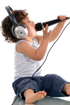 Маленький ребёнок поёт