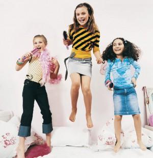 Девочки прыгают на кровате и поют