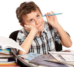 Ребёнок думает над уроками