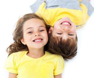 Дети показывают зубы