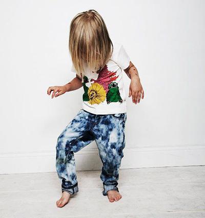 Мальчик танцует