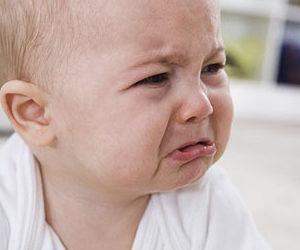 Маленький ребёнок плачет