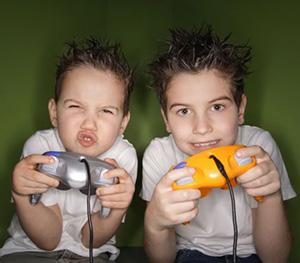 Мальчики играют в игру