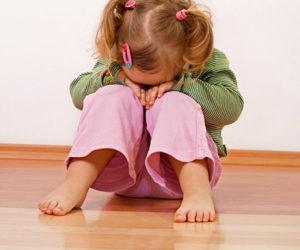 Ребёнок сидит на полу