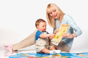 Мама с малышом играют