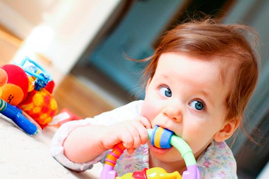 Помочь ребёнку можно и отвлекая его игрушками