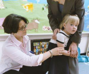 Ребёнок с мамой и воспитателем