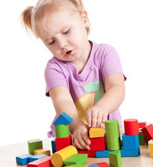 Девочка складывает кубики