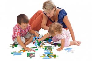 Дети с мамой играют