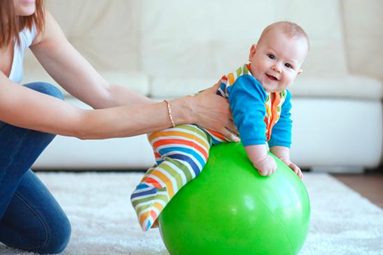 Упражнения для малыша на фитболе