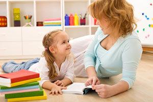 Девочка с мамой читают