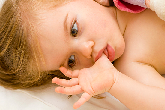 Как отучить ребёнка сосать палец
