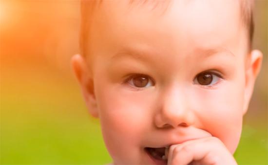 Как отучить ребёнка тянуть пальцы в рот
