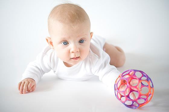 Во сколько месяцев новорождённый начинает держать голову самостоятельно