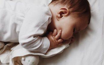 Cколько должен спать маленький ребёнок до года и после